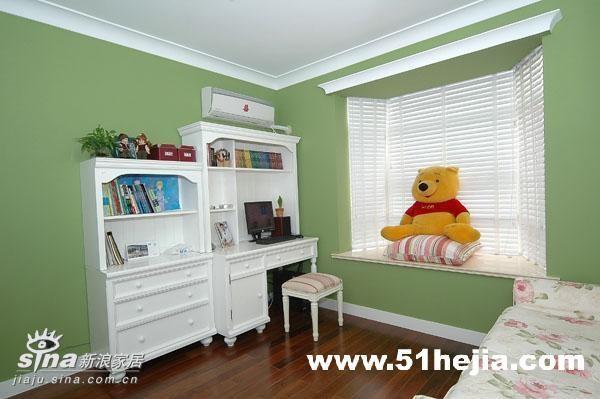 卧室-主人工作学习的书桌,简单实用!旁边的窗台,随意的摆放了个靠垫便成了一个休闲的区域,成了女主人仰望星空的地方