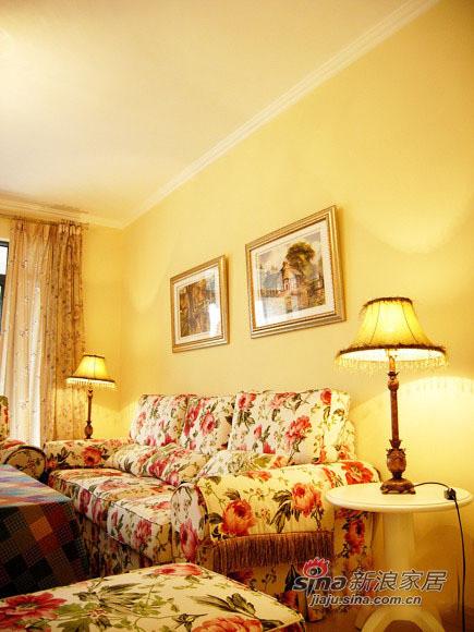 大朵的碎花布艺沙发给客厅带来柔美的感觉