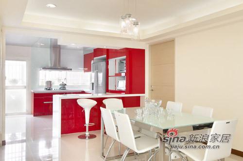 餐廳廚房之間設計規劃一開放式吧台,做為彼