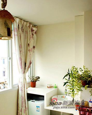 阳台和卧室打通,阳台的一边放洗衣机,一边