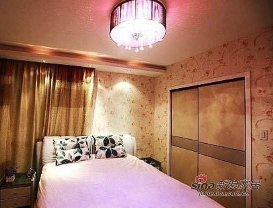 卧室,嵌入式的衣柜。背景墙是用的粉色花纹