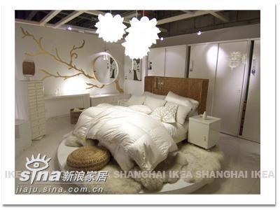 超喜欢这套~比较不像传统的IKEA风格~白色的主色调,高贵优雅。如果有圈半透明的床罩,一定也很每秒。
