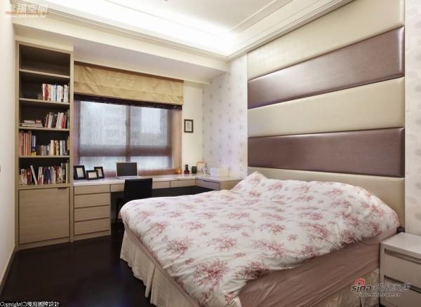 透过床头线条变化,纵横转化出空间俐落