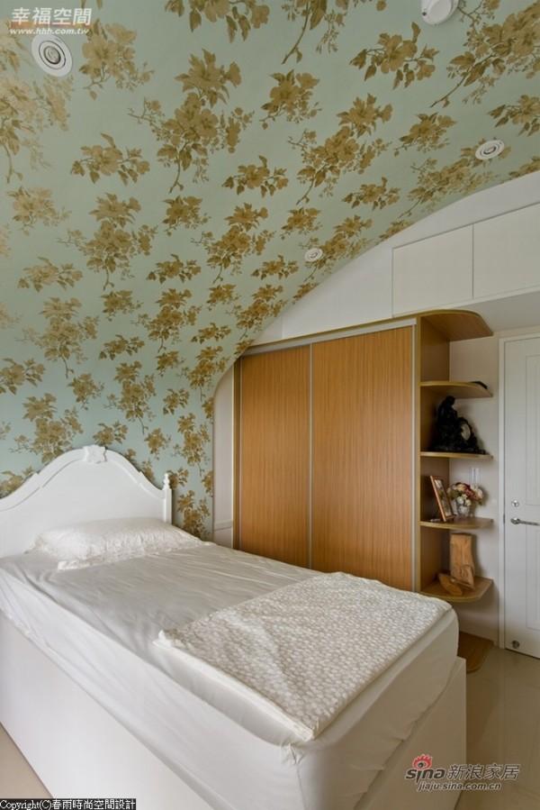图腾壁面从床头墙面以导弧的角度连接天花