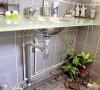 """主人房浴室分干湿区,洗脸盆下方,成了屋主饲养金钱龟的""""小龟池""""。"""