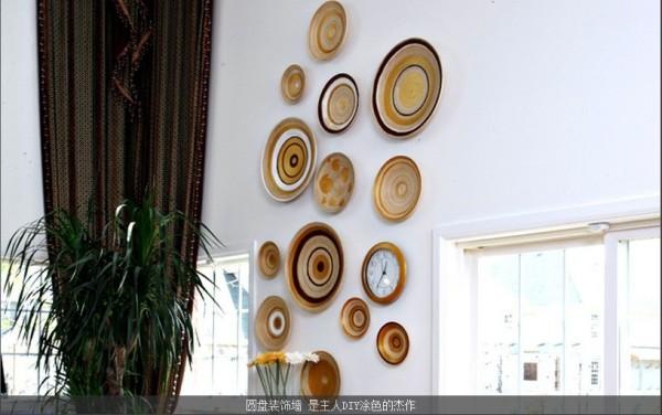 圆盘装饰墙 是主人DIY涂色的杰作