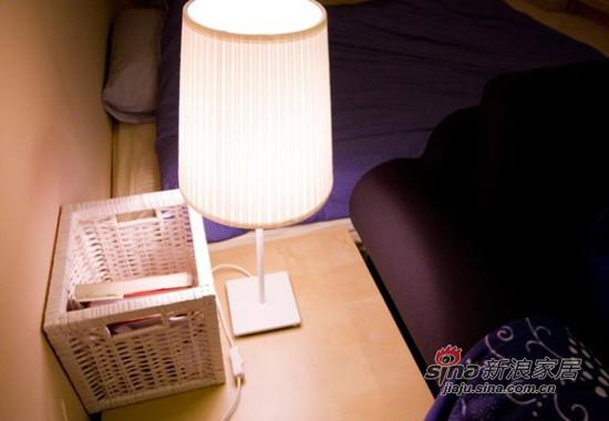 沙发旁的桌子和台灯