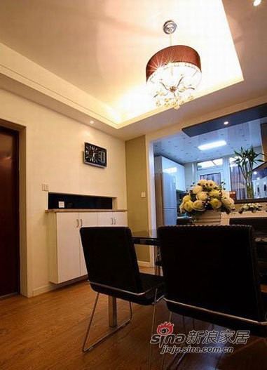 餐厅以黑色调为主,餐桌、餐椅、墙上黑色挂