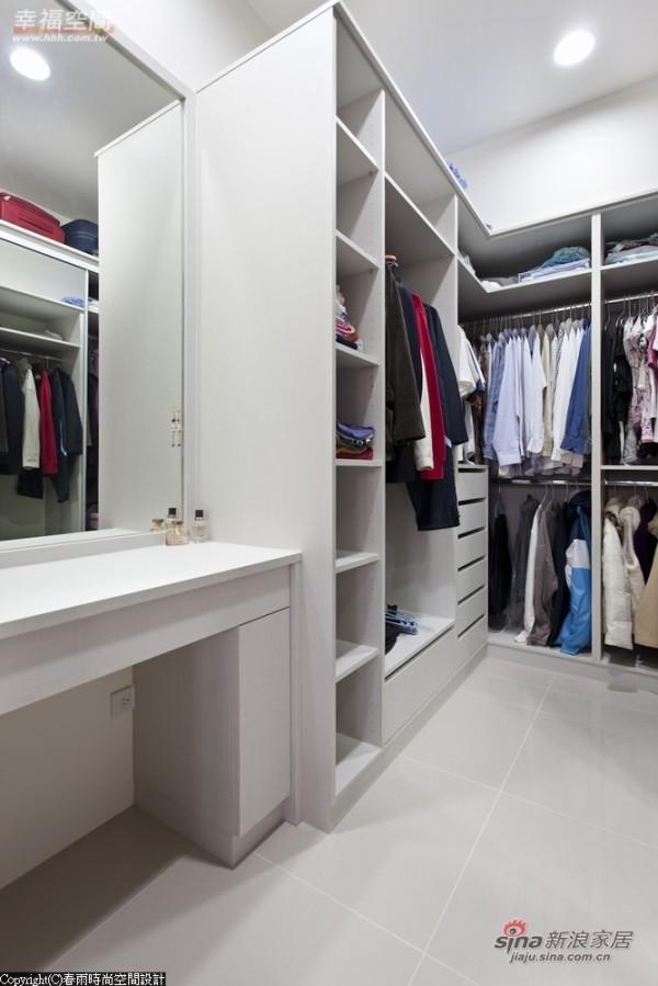 增加了更衣室的容量,多了一个展示、置物抽