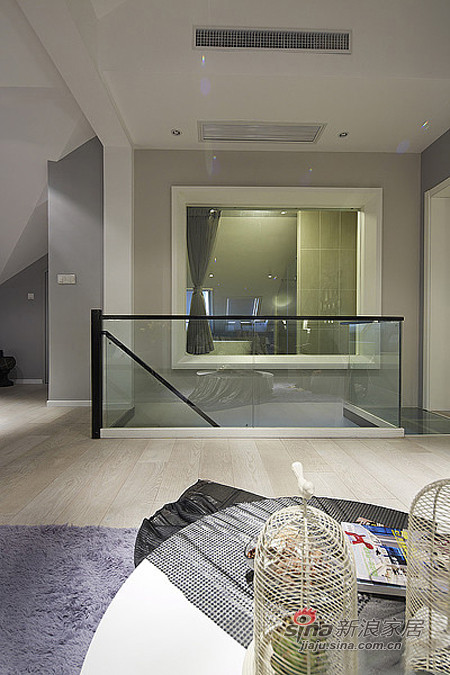 楼梯的扶手也是透明玻璃的