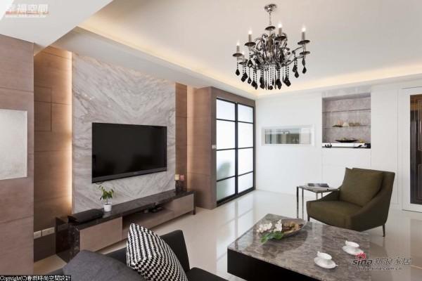 电视主墙一侧周建志选以铁件烤漆与夹纱玻璃