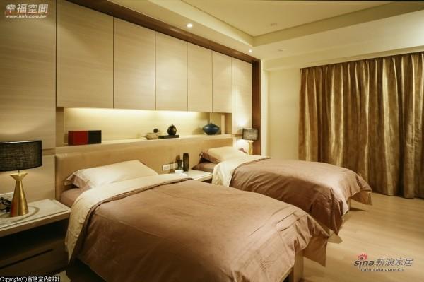 床头壁柜的设计将原始梁柱给予的压迫感掩去