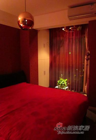 小阳台在卧室里,那么小,勉强管它叫阳台吧