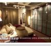 传统的小空间卧室摆放。如果不想太单调,可以用角落此起彼伏的灯光来营造效果哦~