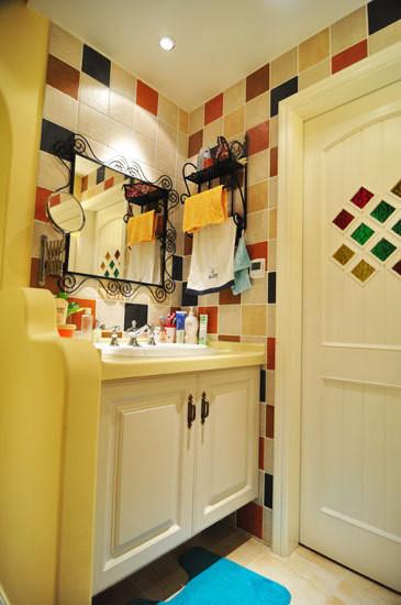 装饰搭配建议:如何在70平方米的小户型实现装饰搭配建议:洗手间湿区以仿古砖、马赛克装饰,大小不同的砖拼出花色。洗手台面积不大,设计却也极其讲究。从色调上来看,瓷砖五彩斑斓却非常和谐,保证了材质的统一性,还制造了亮点。