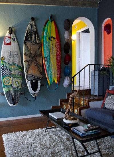 Kevin是一名冲浪发烧友,墙上挂上的滑浪板,是用久了的滑浪板被他用颜料在上面作画而制成的装饰物,增加室内海滩风的元素。