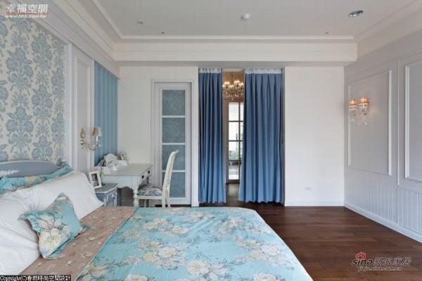 淡灰蓝的主卧房,床头以英式风格壁纸搭配