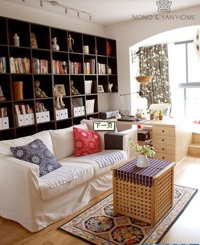 小居室的客厅。一整排的黑色柜子,收纳功能超强。客厅的飘窗设计也很适合小居室。完整而不显得狭窄。赞一个。