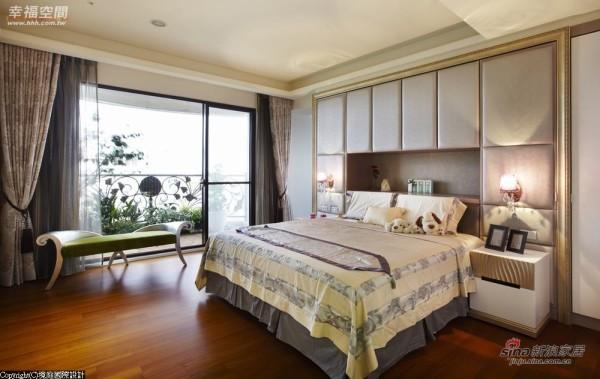 床头绷布后方是大量的收纳空间。