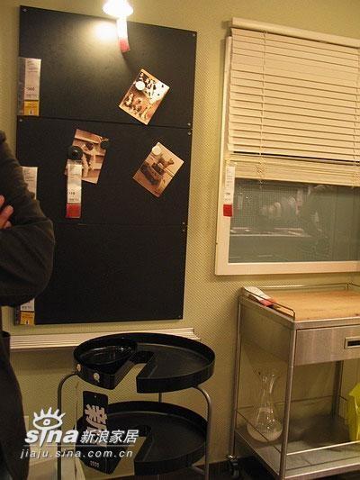 黑色的是磁铁板,可以在上面贴喜欢的图片,在书房作个这个不错,有什么怕忘了的事可以在上面留言
