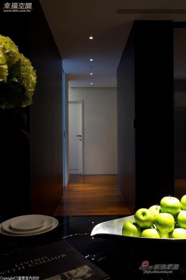 私密空间以架高的紫檀木地板做地坪的界定