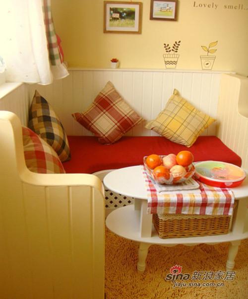 客厅沙发区,很小但很实用,而且很可爱滴。