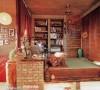 此空间既是一个书房,又是一个休闲区域,还可以客人来的时候当成客卧,背后是一个更衣柜,正面是书架和陈列柜,塌塌米的框架和书桌都是由普通的红砖垒成的,放上一把无腿的坐椅就是一个书房,仔细观察塌塌米的下部是有灯光的,不光是一种装饰,夜间的照明也可以满足