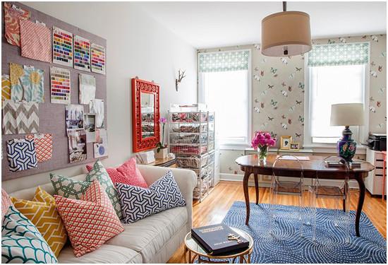 现代风格的客厅设计,多种色彩的应用将整个居室装扮得更活泼。灰色的布艺沙发搭配暖色调的抱枕,丰富的沙发背景墙设计,以及蓝色的小地毯,让小客厅的生活变得更丰富。精致的空间布局以及时尚的客厅家具,让整个家居生活变得更随意。
