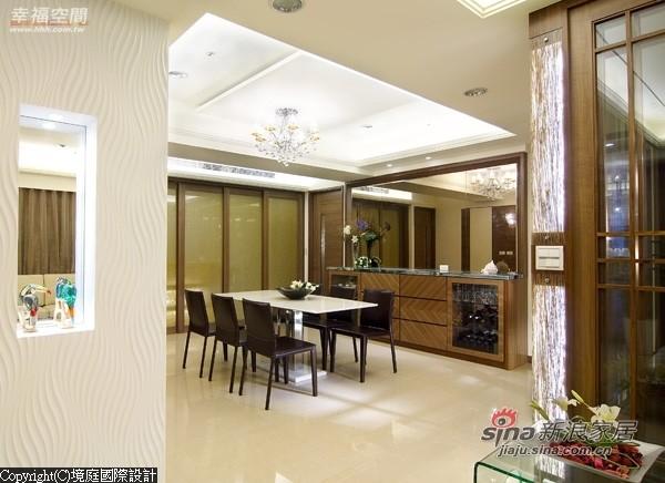 在造型墙对面是以茶镜与收纳柜所铺排的立面