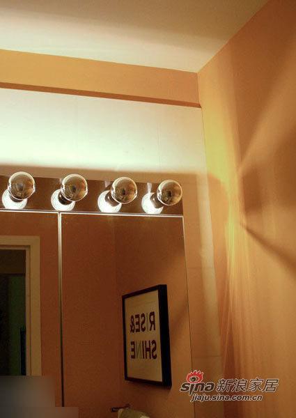 浴室的化妆镜。