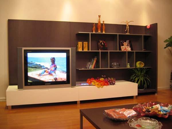 没有做影视墙,买了个整体电视柜,如果搬家还能搬走,呵呵...