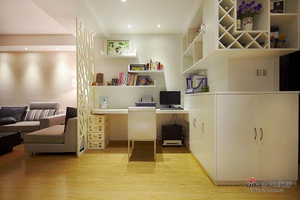 白色的书房和深色的客厅冲入清新自然,使设