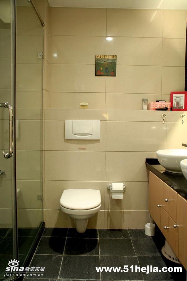 卫生间-我家的卫生间足够大,我选用了入墙式马桶和小便斗,同时增加了空间可以利用的台面,摆放物品花草等。入墙式马桶和小便斗使整体空间视觉效果也很好