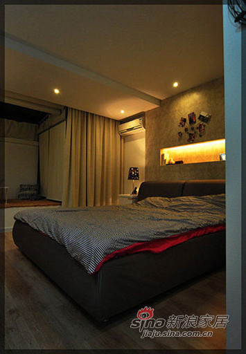 从客厅看卧室。