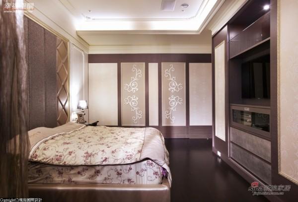立体材质的混搭呼应上衣柜的紫金色系