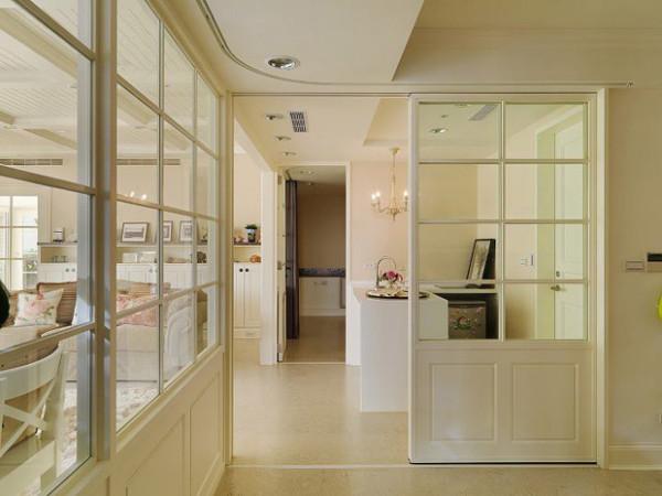 一进门左手边 下面放一排换鞋榻,上面通透可以看到厨房