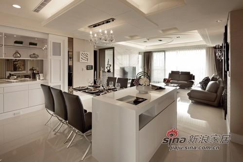 設計師於餐桌垂直處增設中島吧台,二進式的