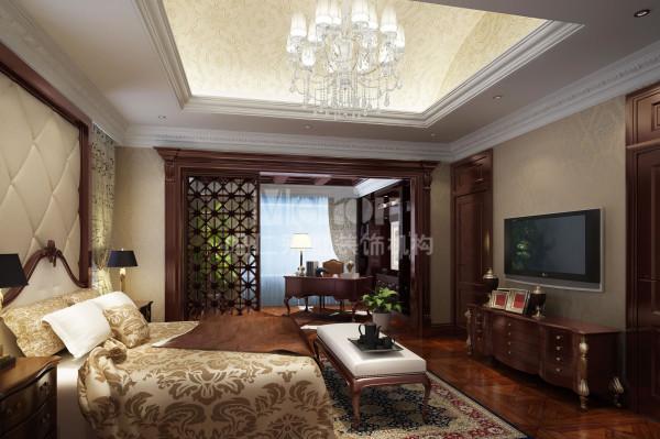 米色壁纸、软包墙面、花隔扇与白纱幔