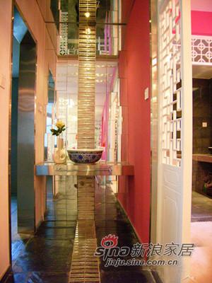 进门看卫浴的效果,青花瓷的洗面盆也是主人