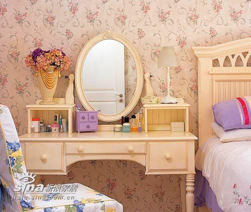 为了保持房间的整体感,在不同中协调一些共同的因素,让家在丰富中不乏统一和完整。原本不是一套的梳妆台和卧床,这样搭配在一起也挺合适