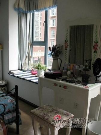 床尾放置了白色典雅的梳妆台,田园梳妆凳。