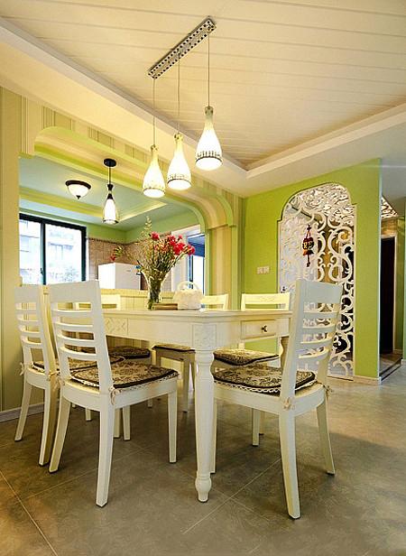 换个角度看餐厅的整体,同时可以看到入户的玄关位置。