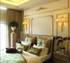 在范思哲的室内设计中,色彩绚丽的布饰最为