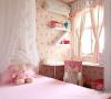 维系和室的明亮光源,女儿房使用夹纱拉门,窗台边长型书桌设计让两个女儿可以结伴一起共读,床头做成表示层板,小女孩心爱的玩偶是最棒最可爱的空间装饰。