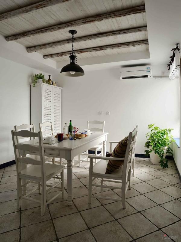 建议的小餐厅,吊灯,木质的天花板,放置非常简单的植物