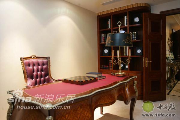 书桌与书桌椅完全体现了巴洛克风格的特点