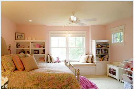 小女儿家的飘窗,复古色的花纹床单!!!