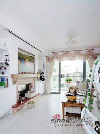 客厅里的花束、绿藤以及贝壳似的客厅吊灯都