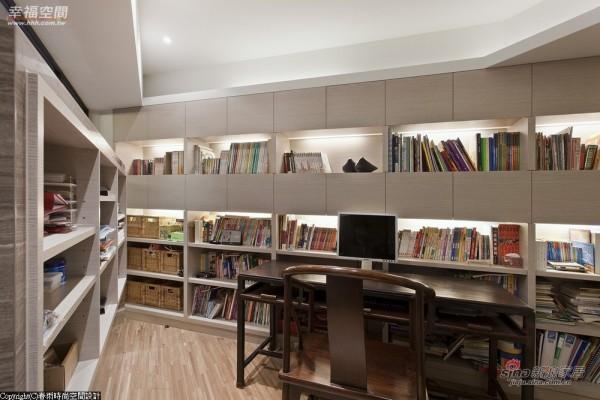 以整片式的书柜虚化斜边墙面