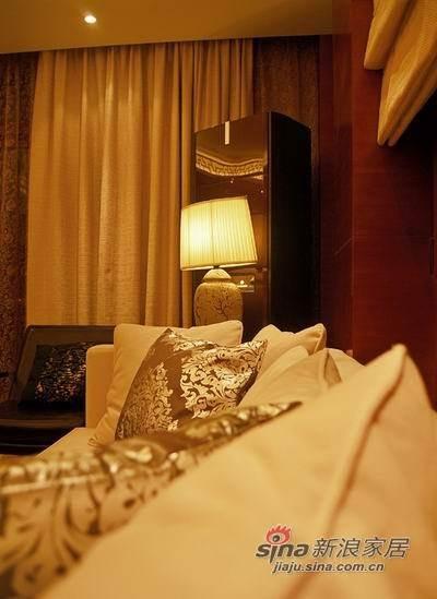 陶瓷台灯、精致靠枕融合了中式元素淡雅富丽